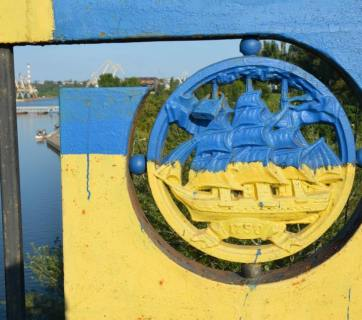 A bridge is painted in the colors of the Ukrainian flag in Mykolayiv. Photo: Lina Rusch