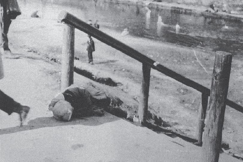 A victim of starvation in Kharkiv. The Holodomor in Ukraine, 1933 (Image: fundholodomors.org.ua)