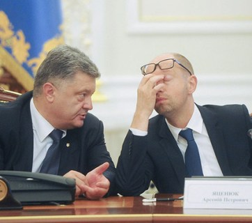 Ukrainian President Petro Poroshenko (L) speaks with Prime Minister Arseniy Yatsenyuk during a session of the National Council of Reforms in Kyiv on Sept. 18, 2015. (Image: Andrew Kravchenko/UNIAN)