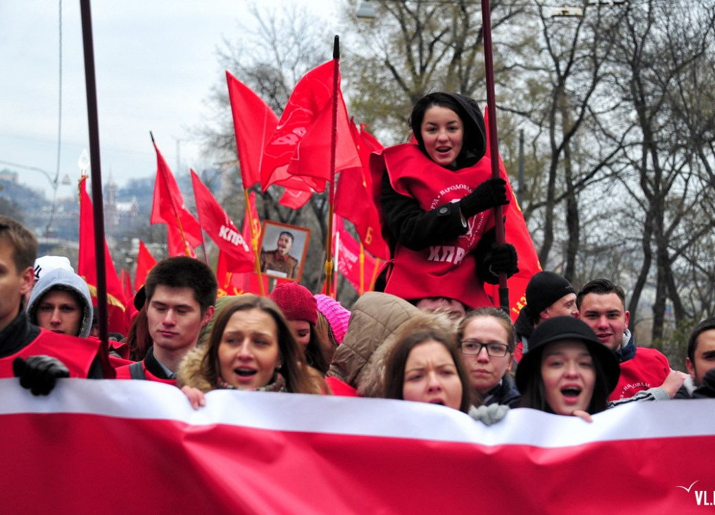Young neo-communists at a 7 November 2015 rally celebrating the October revolution in Vladivostok. Image: VL.ru