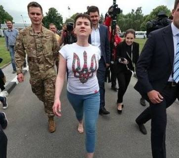 Nadiya Savchenko walks barefoot after arriving to Kyiv on 25 May 2016. Photo: @MikaelSkillt