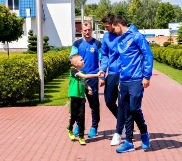 Volodya Bobenchyk shaking hands with Ukraine National Footnal Team player Andriy Yarmolenko. Photo from Volodya's Facebook
