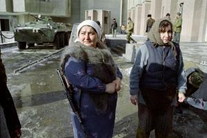 Armed Chechen women next to the Presidential Palace in Grozny. December 28, 1994 (Image: AFP/ Oleg Nikishin)