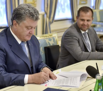 Ukrainian President Petro Poroshenko supported the initiative by the All-Ukrainian Council of Churches and signed the Decree on Commemorating in Ukraine the 500th Anniversary of the Reformation. (Image: president.gov.ua)