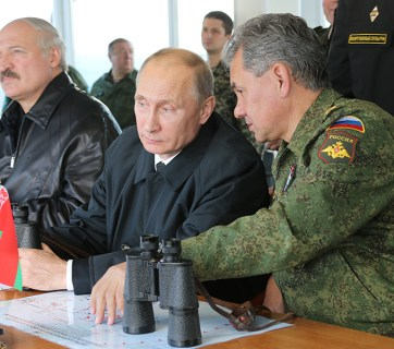 Belarus President Alyaksandr Lukashenka with Vladimir Putin and Putin's defense minister Sergey Shoygu observing joint military exercises (Image: kremlin.ru)