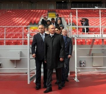 Putin inspecting stadium construction for the 2018 World Cup (Image: kremlin.ru)