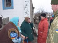 Ukrainian army helps elderly residents of Trudivske to tackle the consequences of the shelling. Credit: FB ato.news
