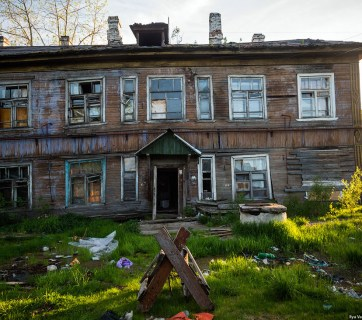 Despite their disastrous condition, these poorly-maintained public housing buildings surrounded by trash heaps and debris in Russian provinces are still occupied by families who can't afford to live anywhere else. Arkhangelsk, Russia, July 2015 (Image: Ilya Varlamov)