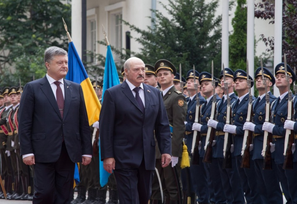 Two presidents inspect the guard of honour. Photo: president.gov.ua