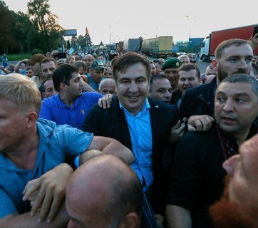 Saakashvili supporters forcefully drag the politician across the border from Poland to Ukraine. Photo: rbc.ua
