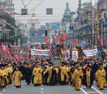 Russian Orthodox procession with protest signs against the film Mathilda in St. Petersburg, Russia, September 2017. (Image: vedomosti.ru)