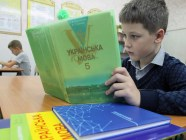 A student with a Ukrainian language textbook for 5th grade. (Image: TASS)