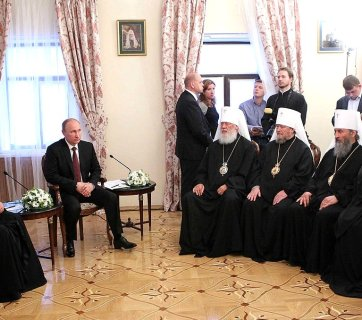 Vladimir Putin and Patriarch Kirill meeting with members of the Holy Synod of the Ukrainian Orthodox Church of the Moscow Patriarchate. The head of UOC MP, Metropolitan Onufriy is seated in the middle of the row. July 27, 2013 in Kyiv, Ukraine (Image: kremlin.ru)