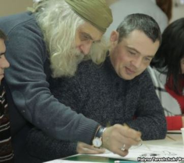 Artist Lev Skop (centre) and veteran Oleksandr Kuzminov (right)