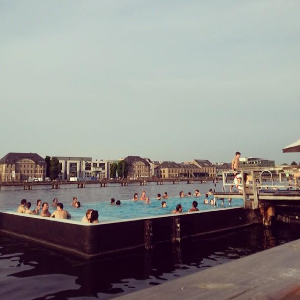 amanda-luz-berlim-piscina