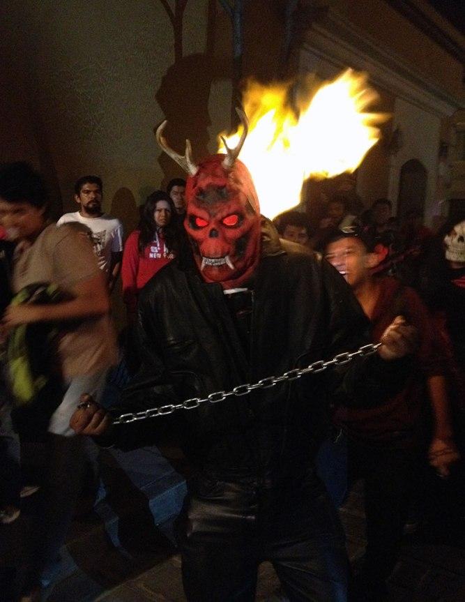 dia-dos-mortos-no-mexico-oaxaca-comparsa3
