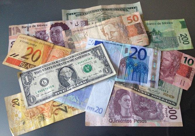 Moeda local, dolar ou euro? Como saber qual levar