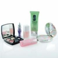 Auf Reisen gut aussehen: Diese Make-up-Produkte gehören ins Gepäck