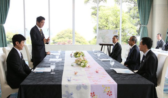 Prime Minister Abe conversing with Oita Prefecture Governor Hirose and others