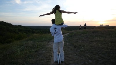 Mit EWheel und Frau auf den Schultern in den Sonnenuntergang