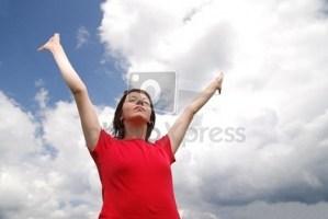 femme aux mains levées