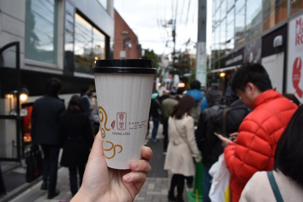 Here's my gong cha (because I was surprised that Japan has gong cha) against the backdrop of the queue.