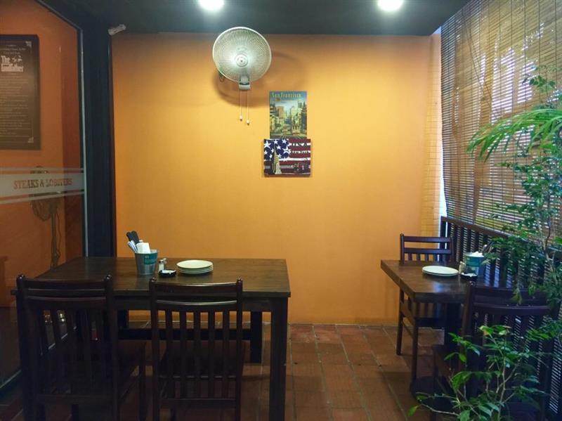 ruang makan di luar bahagian belakang khas untuk yang menghisap rokok