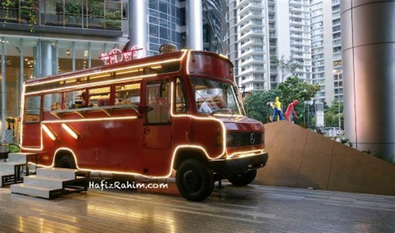 Bus yang diletakkan di pintu masuk Brolly