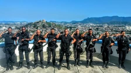 Policiais prestam continência em homenagem aos colegas mortos em queda de helicóptero