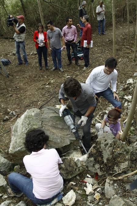 Pesquisadores quebram partes da rocha de calcário