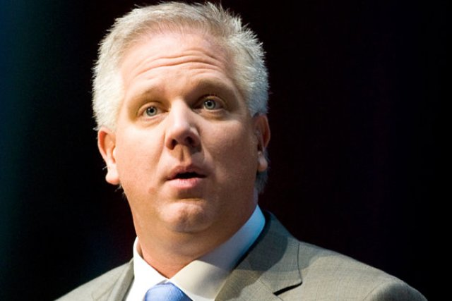 Fox News host Glenn Beck speaks during the National Rifle Association's 139th annual meeting in Charlotte, North Carolina on May 15, 2010. REUTERS/Chris Keane (UNITED STATES - Tags: POLITICS) - RTR2DXMR
