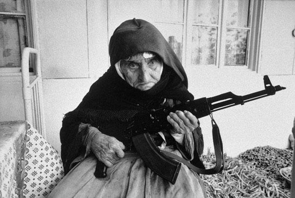 106 år gammel armensk kvinne forsvarer sitt hus, 1990