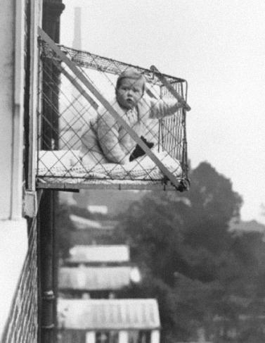 Baby bur brukt for at de skal få nok frisk luft, 1937