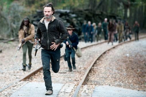Michonne (), Rick (Andrew Lincoln) und Carl auf der Flucht vor Walkern.