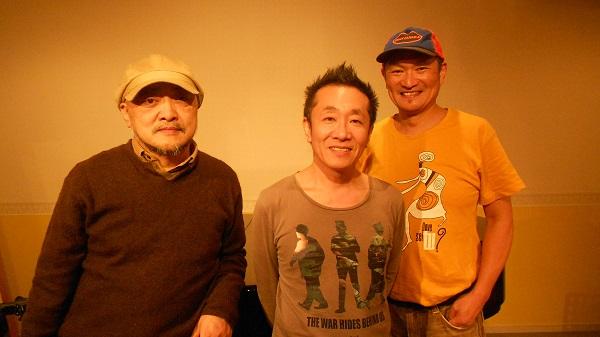 Los Hongos Orientales 左から、佐野篤、鬼怒無月、ヤヒロトモヒロ