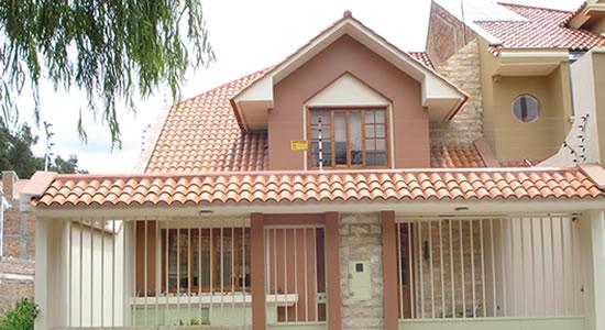 12 bonitas fachadas de casas con tejas fachadas de casas for Techos exteriores para casas