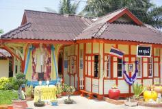 Thailändischer Bahnhof auf der fahrt nach Huahin
