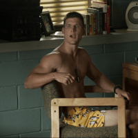 """Geoff Stults as Sergeant Pete Hill and Parker Young as Private Randy Hill shirtless in Enlisted 1×04 """"Homecoming"""""""