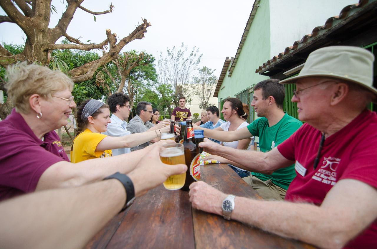 Luego de una exitosa semana de trabajo en la que fueron realizadas 2.500 consultas oftalmológicas, los voluntarios de la organización V.O.S.H. comparten unas cervezas en una humilde despensa cerca de la clínica. (Elton Núñez)
