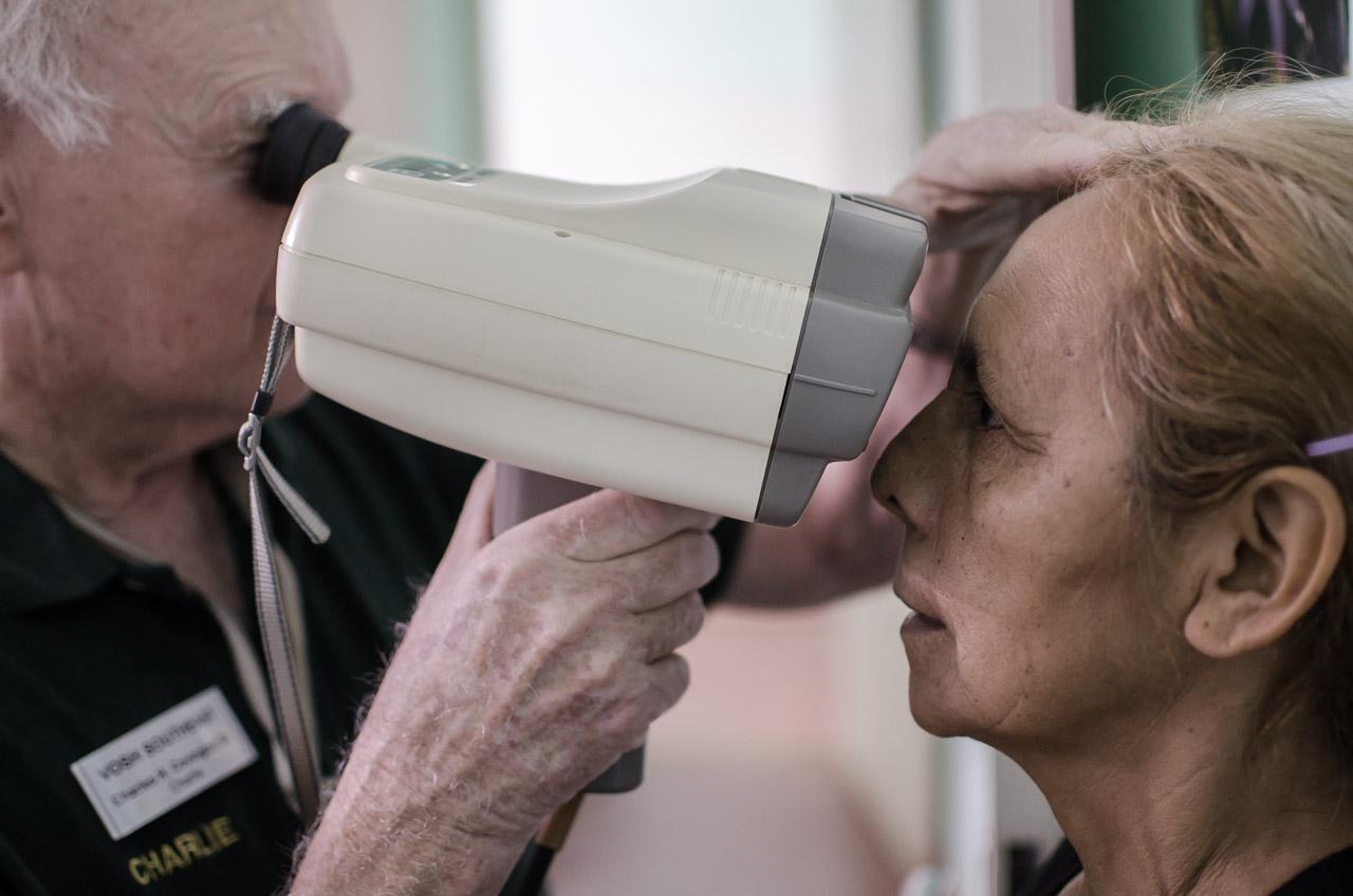 El líder de la misión el Señor Charles Covington utiliza un aparato autorefractor para medir el estado de la visión de los pacientes. Los autorefractores son instrumentos que determinan automáticamente los lentes correctos que deben recetarse para los ojos de manera a recuperar la visión. (Elton Núñez)