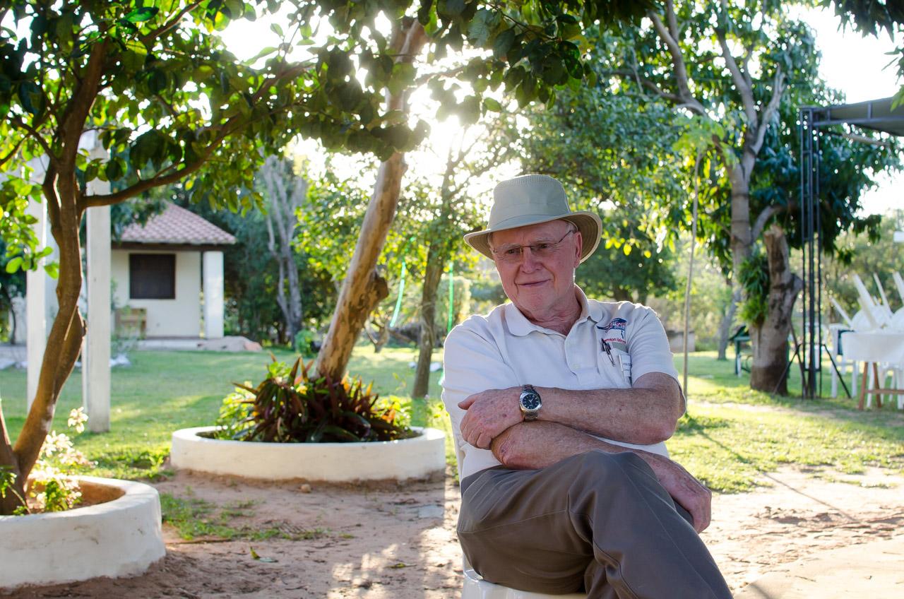 Charles Covington, director administrativo y líder de las misiones humanitarias que la organización V.O.S.H. estuvo haciendo en Paraguay desde hace 11 años. Trayendo al pueblo de Acahay y sus alrededores la oportunidad de tener atención oftalmológica gratuita y la posibilidad de mejorar un poco más las calidad de vida de los pacientes más carenciados. (Elton Núñez)