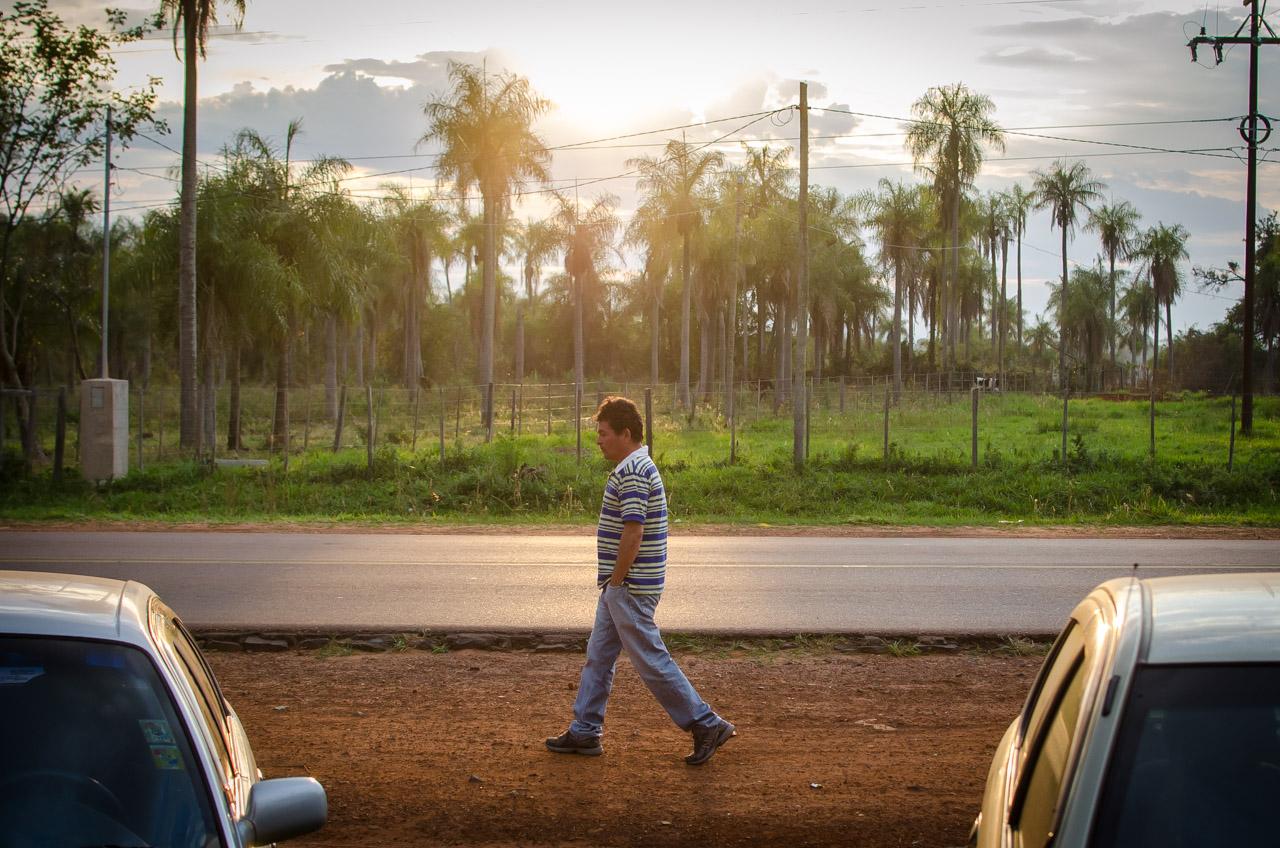 Un paciente llega a tempranas horas de la mañana para sumarse al grupo de gente en busca de atención oftalmológica gratuita. (Elton Núñez)
