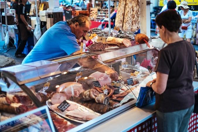 Naar de markt in de Luberon: charcuterie op de markt van Forcalquier
