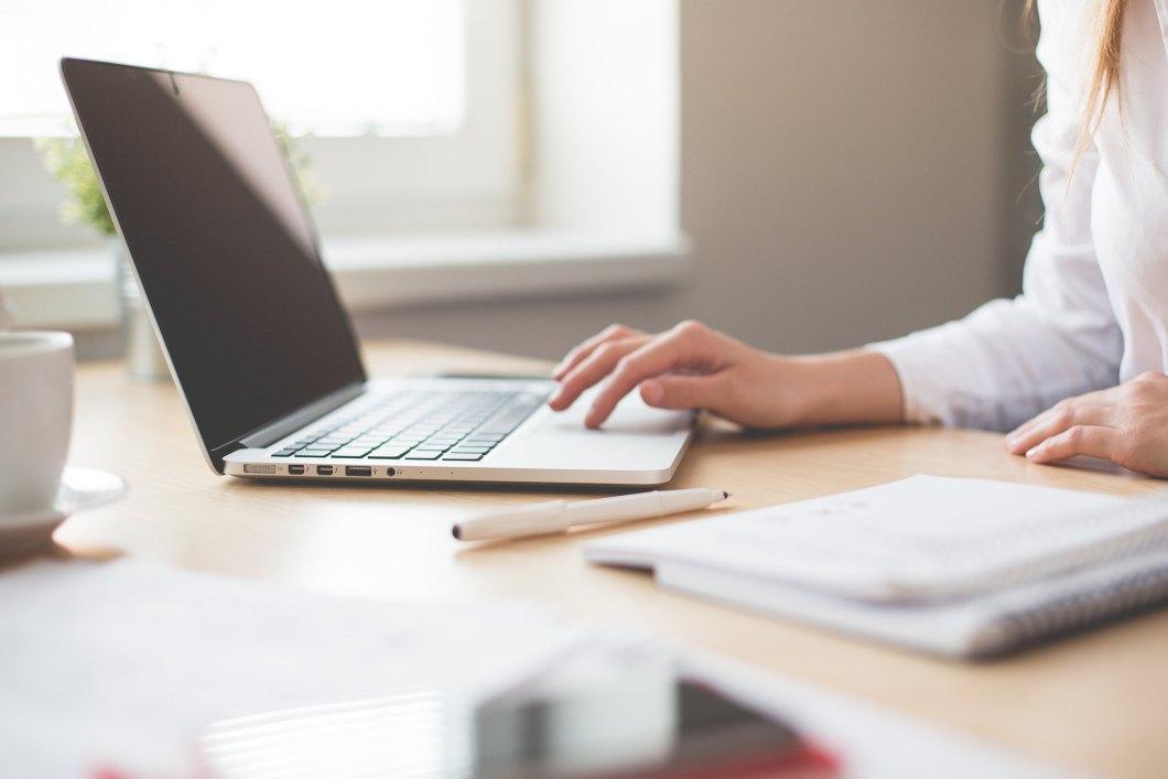 Imagen gratis de una mujer trabajando con el ordenador