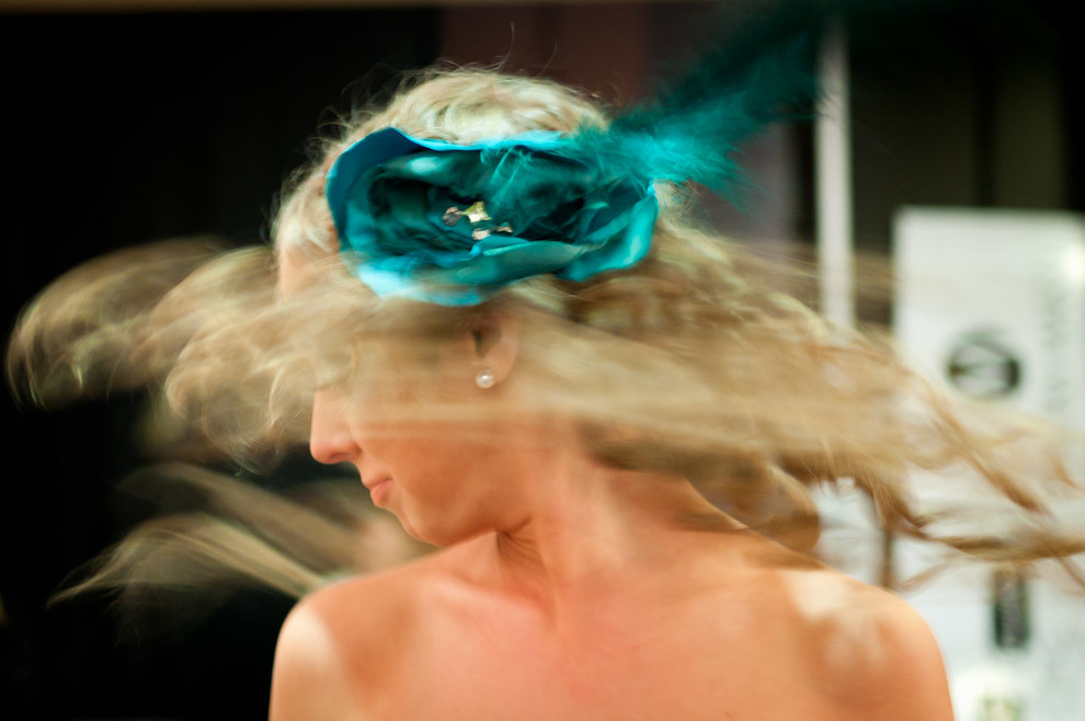 Una modelo agita su cabeza para expandir los bucles de sus cabellos preparandose para el desfile y presentacion de Sedal el Viernes 15 de Octubre en el Paraguay Alta Moda. (Elton Núñez - Asunción, Paraguay)