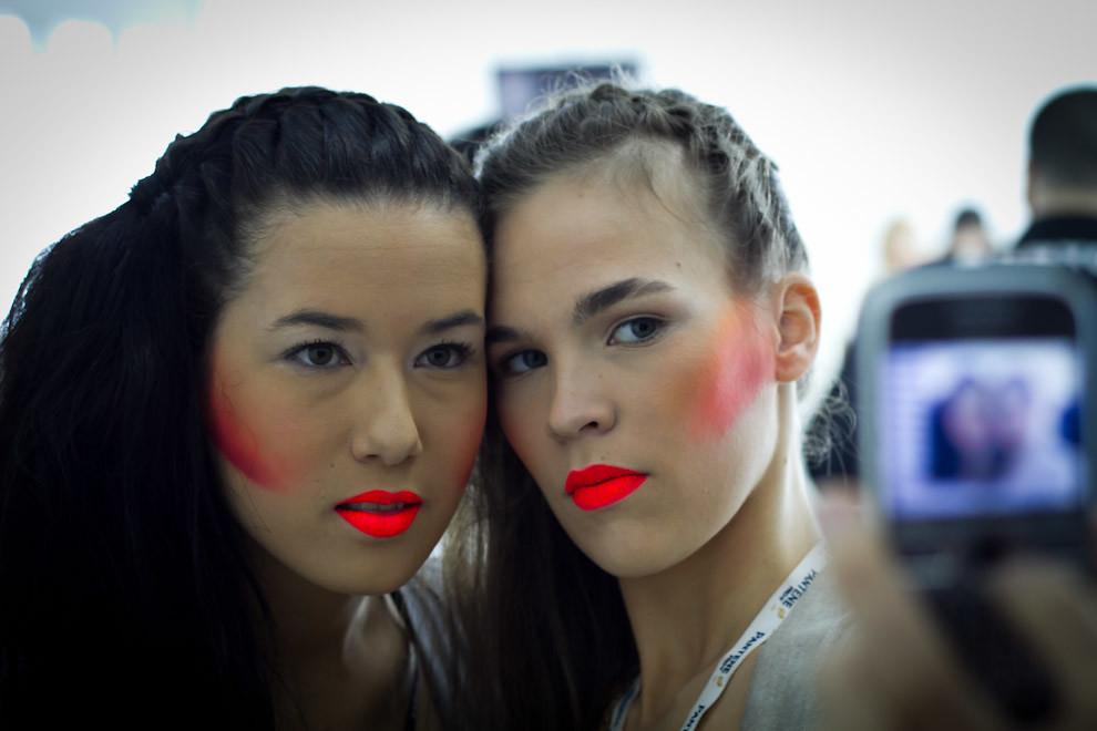 Angie Loppacher y Sofi Cubas se toman una foto mientras esperan el siguiente desfile en el Asunción Fashion Week. (Tetsu Espósito - Asunción Paraguay)