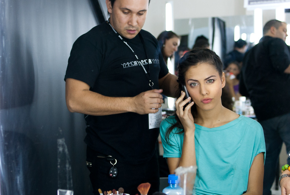 Fiorella Migliore conversa por celular mientras es peinada para el desfile de Florencia Soerensen el Domingo 26 de Setiembre en el Asuncion Fashion Week. (Elton Núñez - Asunción, Paraguay)