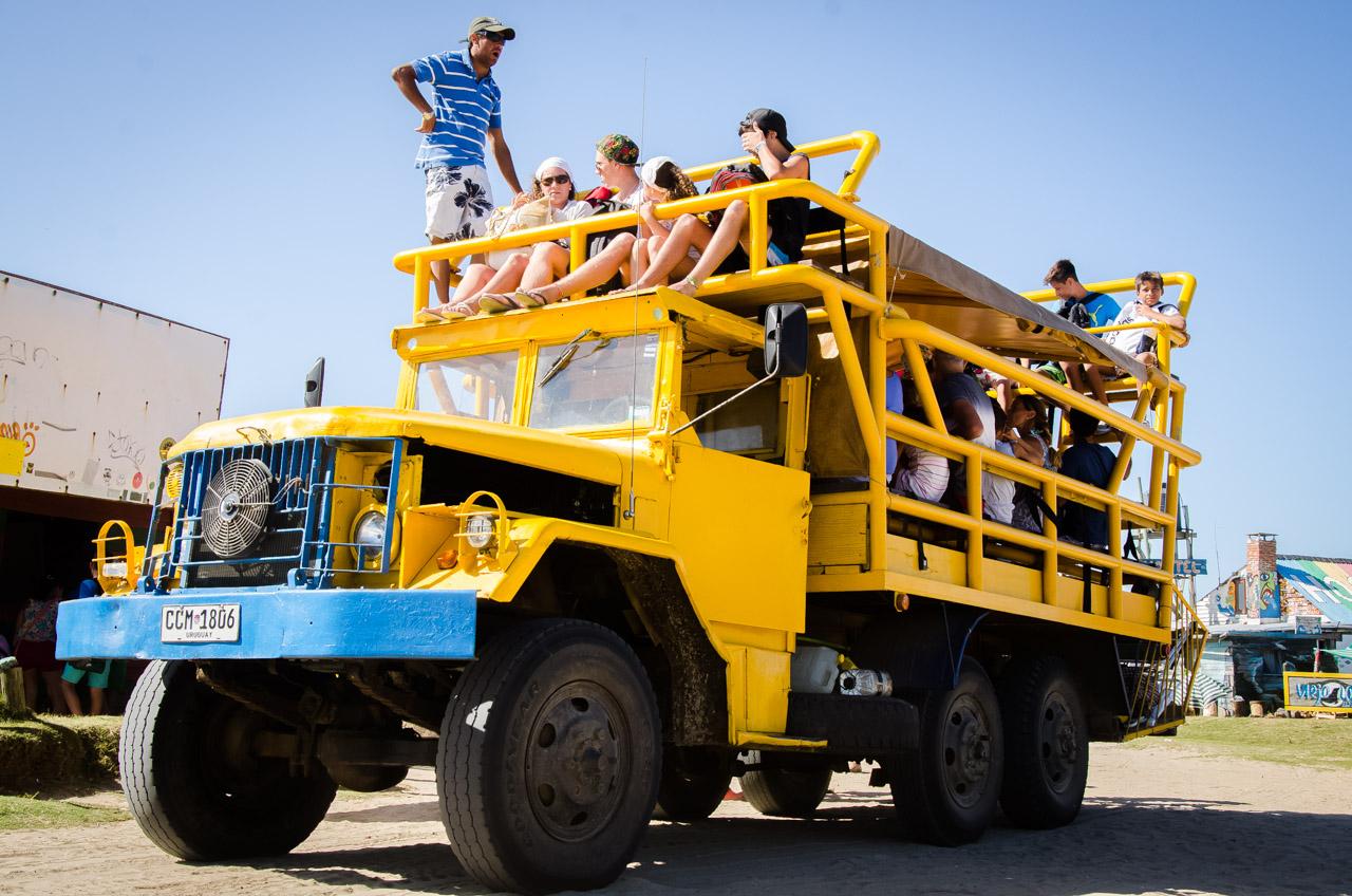 En Cabo Polonio, el municipio ofrece el servicio de transporte ida y vuelta al pueblo en grandes camiones modificados para trasladar muchos pasajeros y cruzar las dunas. (Elton Núñez)