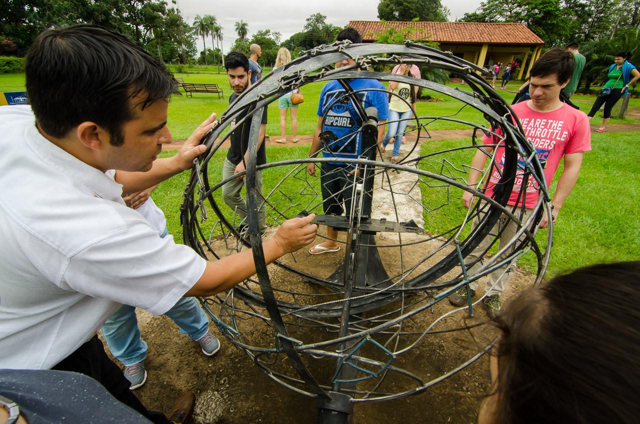 En el Museo Astronómico de San Cosme y Damián, también existe un planetario de metal, en el que puede entenderse la rotación de las constelaciones con respecto a un plano exterior. Las charlas las imparten los funcionarios locales y de la Senatur. (Elton Núñez)