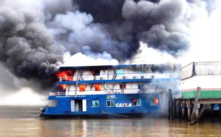 Agencia flutuante da Caixa pega fogo no Pará